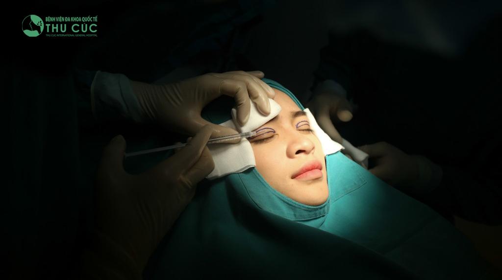 Khách hàng được gây tê cục bộ tại vùng thực hiện tiểu phẫu