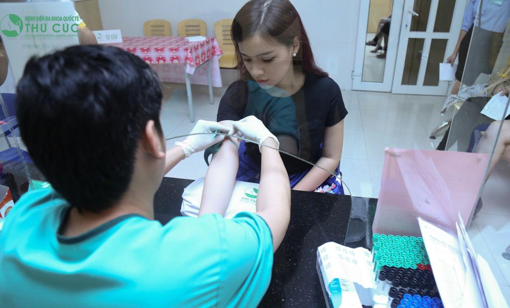 Khách hàng được kiểm tra sức khỏe trước khi thực hiện tiểu phẫu