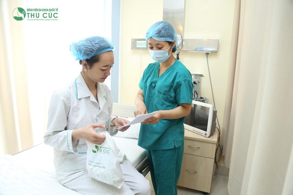 Khách hàng nghỉ ngơi và được hướng dẫn chăm sóc hậu tiểu phẫu