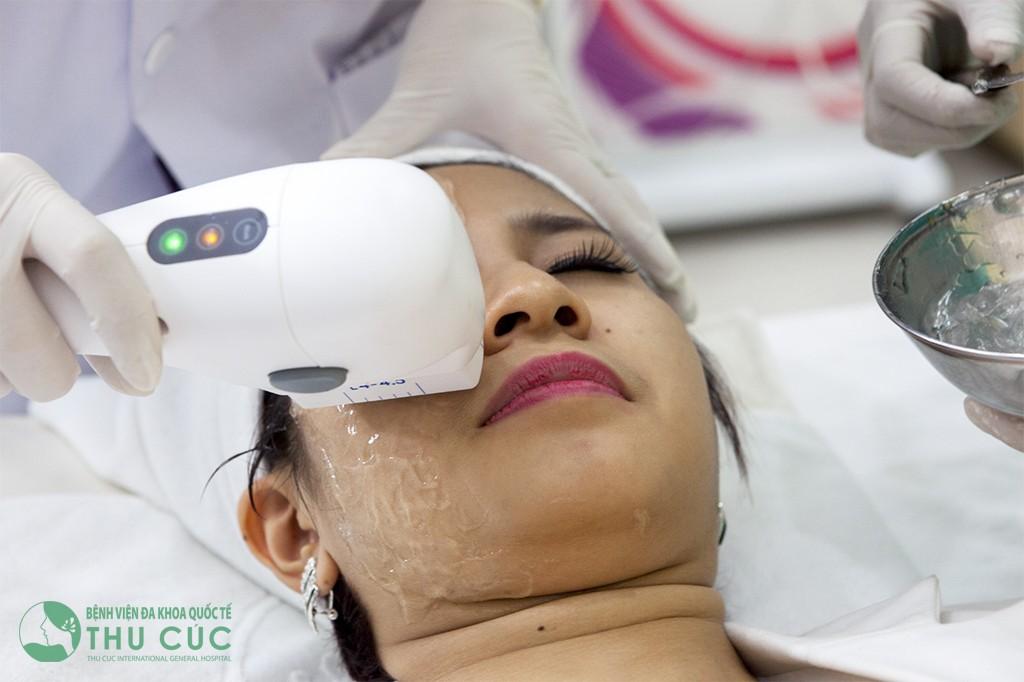 Bác sĩ dùng thiết bị công nghệ Hifu tiến hành trị liệu cho khách hàng