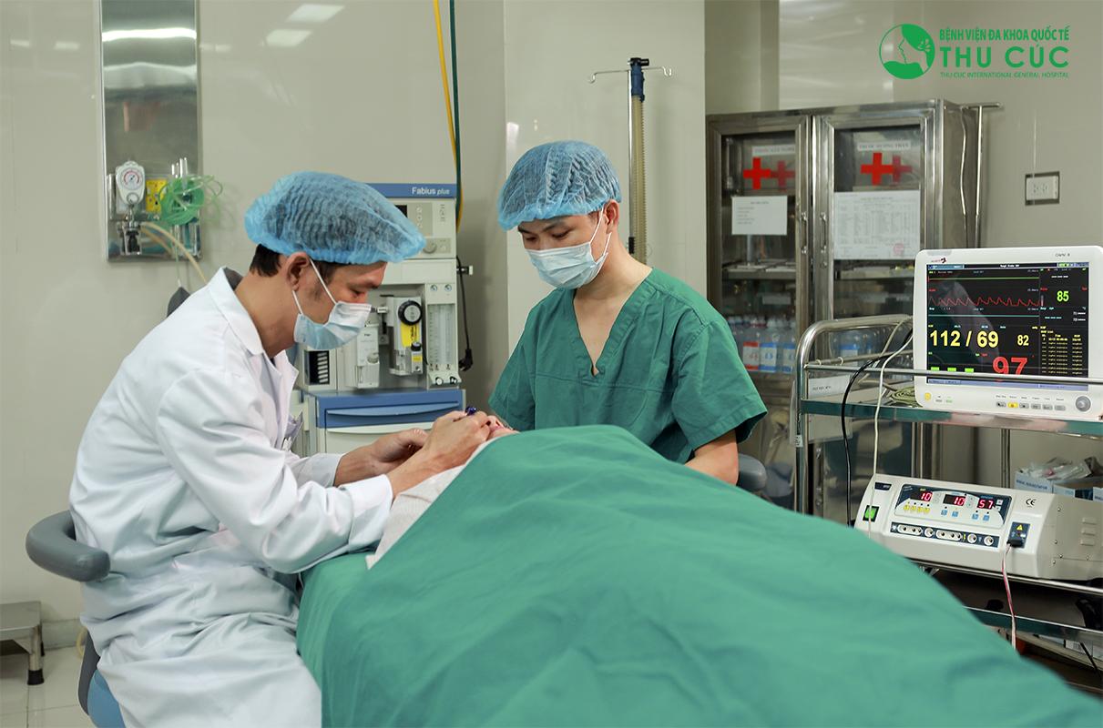 Phẫu thuật được tiến hành bởi các bác sĩ có bằng cấp chuyên nghiệp với thao tác khéo léo, chuẩn xác, đảm bảo không làm lộ sẹo hay dấu vết thẩm mỹ