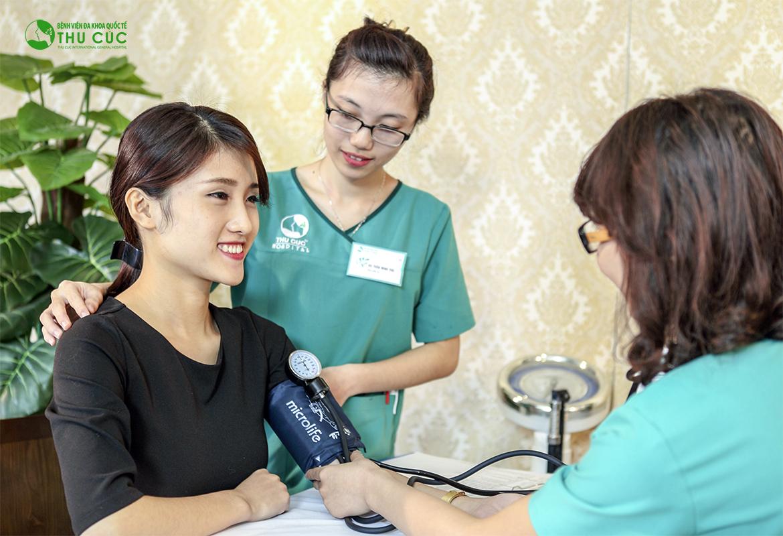 Khách hàng được kiểm tra sức khỏe, thử máu, thử phản ứng thuốc theo quy định an toàn trong phẫu thuật của Bộ Y tế để loại bỏ các trường hợp chống chỉ định