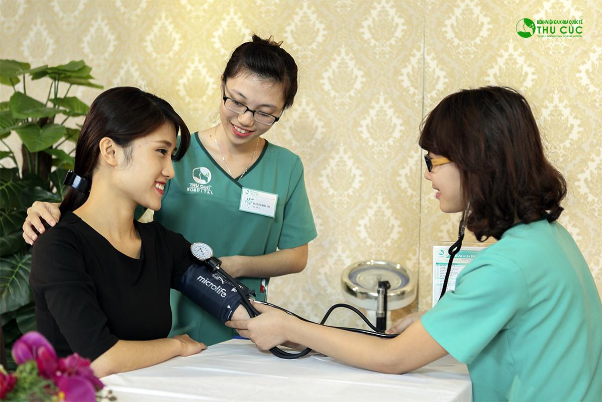 Khách hàng sẽ được thăm khám, kiểm tra sức khỏe, thử phản ứng thuốc để loại bỏ các trường hợp chống chỉ định