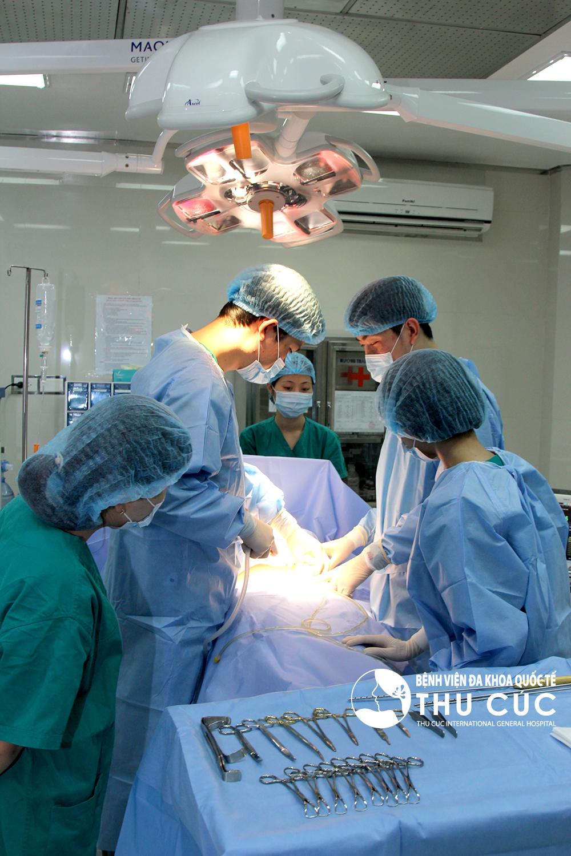Phẫu thuật được tiến hành theo quy trình bài bản, chuyên nghiệp, do các bác sĩ tay nghề cao, giàu kinh nghiệm trực tiếp thực hiện