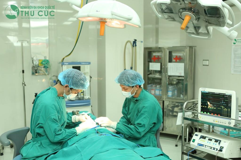 Tiểu phẫu được thực hiện tại phòng phẫu thuật vô trùng