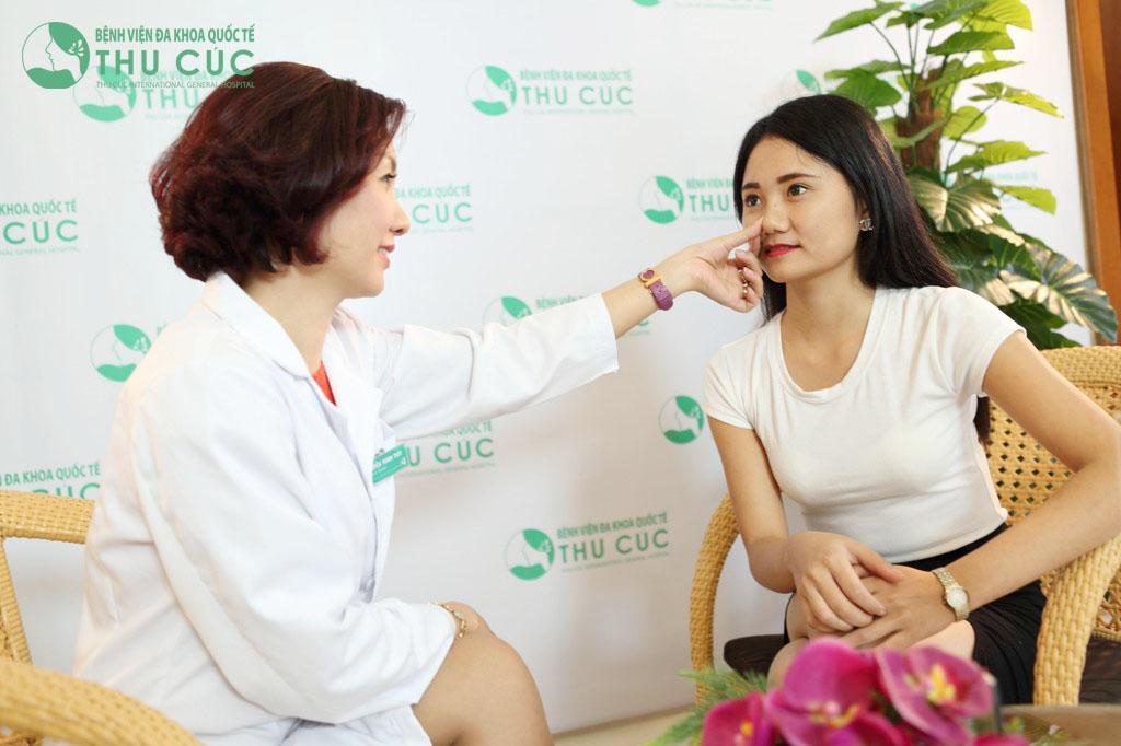 Bác sĩ tư vấn tình trạng mũi và phương pháp thu gọn đầu mũi cho khách hàng