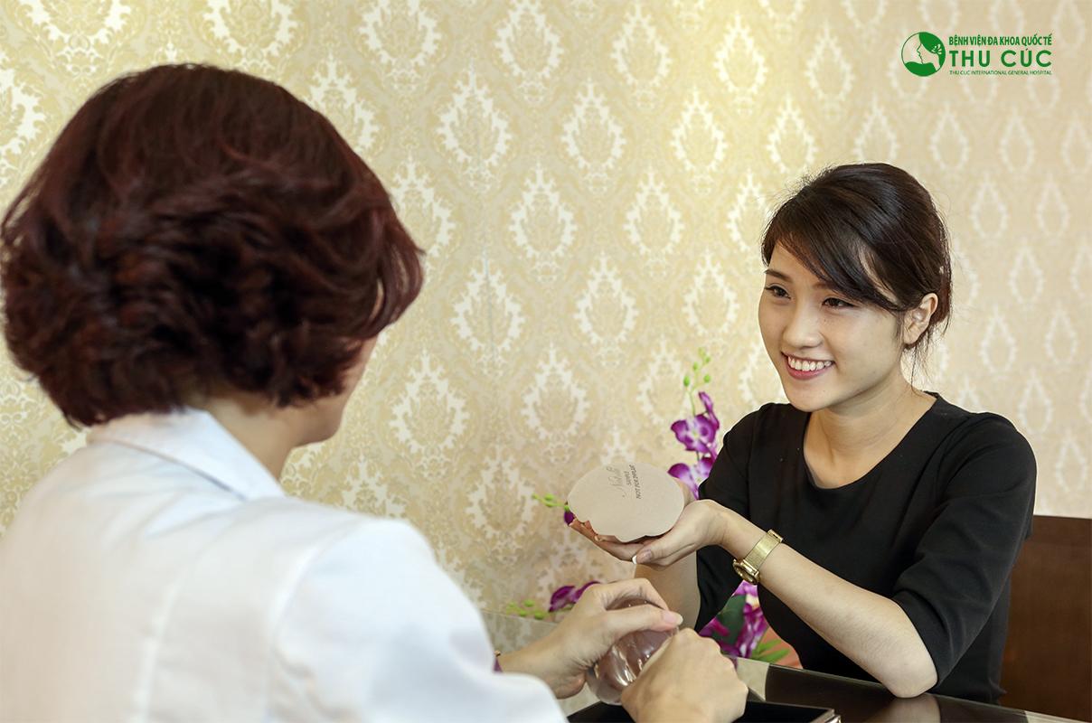 Một khách hàng đang được bác sĩ Thu Cúc tư vấn về phương pháp nâng ngực