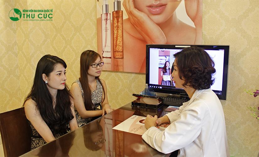 Bác sĩ Thu Cúc đang tư vấn liệu trình triệt lông cho khách hàng