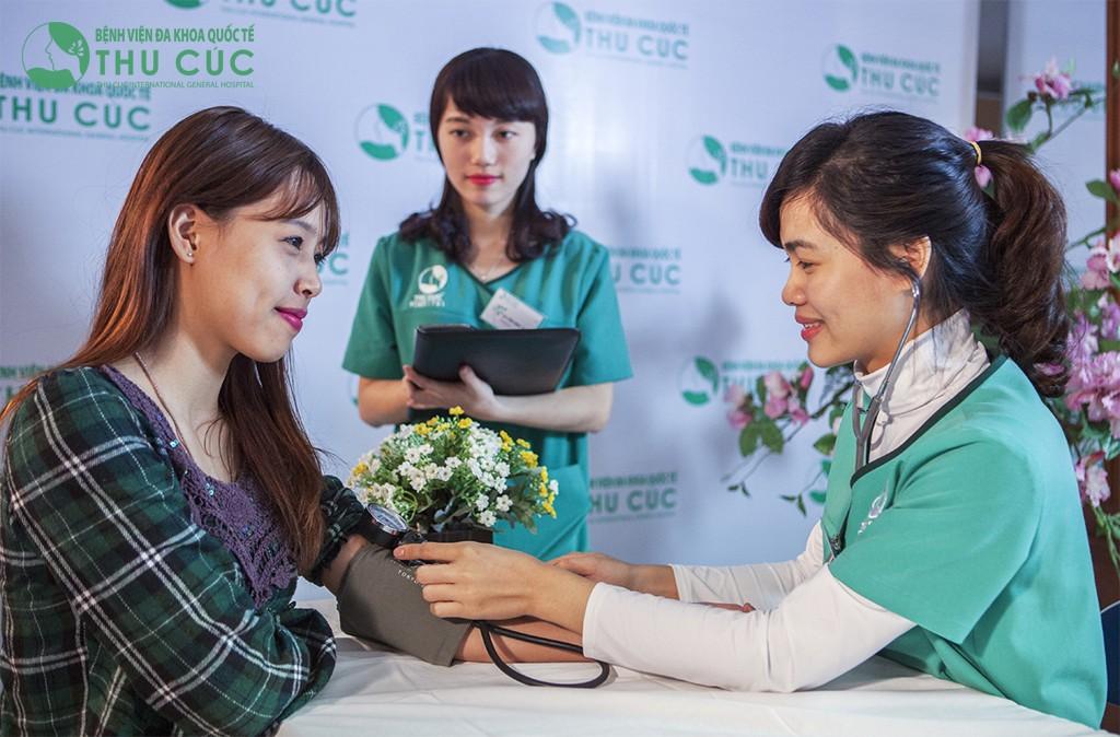Sau khi được thăm khám hiện trạng thẩm mỹ và tư vấn cách thức điều trị phù hợp, đội ngũ điều dưỡng viên Thu Cúc tiến hành kiểm tra sức khỏe tổng quát cho khách hàng để đảm bảo đủ điều kiện trị liệu