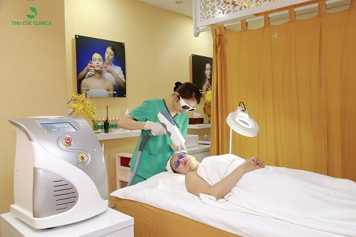 Riêng với làn da có vấn đề về sức khỏe, khách hàng nên tham khảo công nghệ cao như trị nám – tàn nhang Laser YAG Q-Switched, trị mụn BlueLight, triệt lông Laser Diode… với ưu đãi đến 40% chi phí dịch vụ.