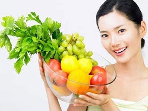 Mỗi ngày bạn nên uống 2 - 2,5 lít nước và tăng cường ăn rau xanh và trái cây tươi