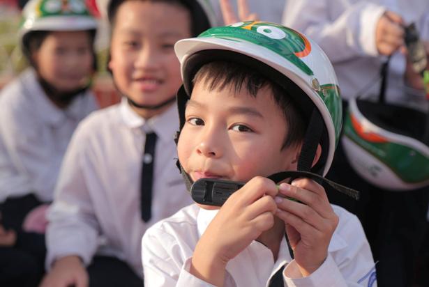Các bé thích thú khi được tặng những chiếc mũ bảo hiểm đạt chuẩn với thiết kế ngộ nghĩnh. Việc quan tâm tới hình thức chiếc mũ bảo hiểm sẽ giúp cho trẻ cảm thấy thích đội mũ, từ đó hình thành thói quen giữ an toàn cho bản thân khi tham gia giao thông.