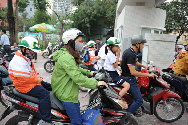 Sau buổi lễ phát động, các em học sinh đã háo hức đội ngay những chiếc mũ bảo hiểm do Bệnh viện Thu Cúc trao tặng khi được bố mẹ đón về.