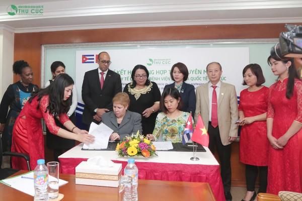Bà Vũ Thị Thanh Giang – đại diện Bệnh viện Đa khoa Quốc tế Thu Cúc ký kết hợp đồng hợp tác chuyên môn với Bộ Y tế Cuba.