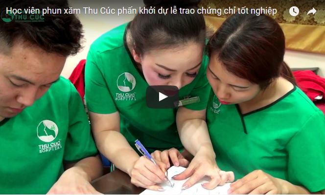 Học viên phun xăm Thu Cúc phấn khởi dự lễ trao chứng chỉ tốt nghiệp