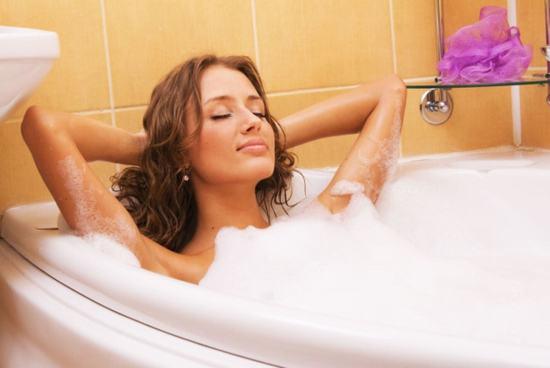 Dù bạn triệt lông vùng kín bằng phương pháp nào đi chăng nữa thì các chuyên gia đều khuyên không nên tắm bằng nước ấm trước khi triệt lông.
