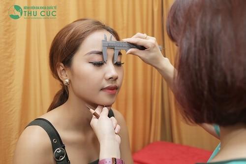 Chuyên viên phun xăm tại Thu Cúc tiến hành đo vẽ và phác họa dáng lông mày cho khách.
