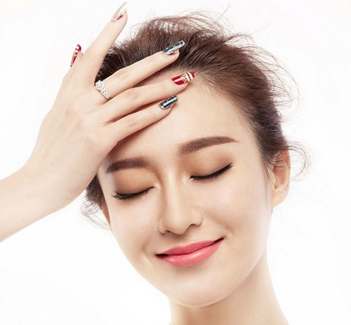 Phun lông mày giúp bạn có được hàng chân mày trẻ trung, chuẩn nét nhưng lại thiếu đi sự mềm mại, tự nhiên.