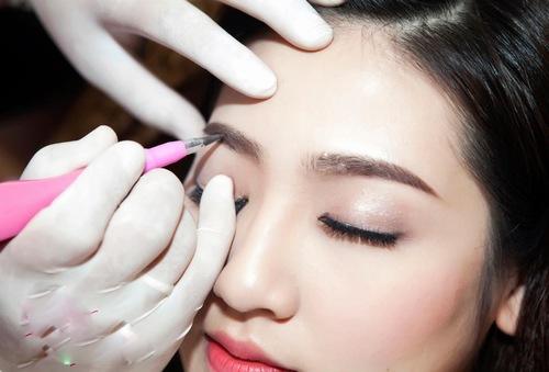 """Những """"điểm cộng"""" của phương pháp phun lông mày ngang Hàn Quốc."""