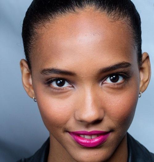 Người có nước da đen nên cẩn thận khi lựa chọn phun môi màu hồng cánh sen.