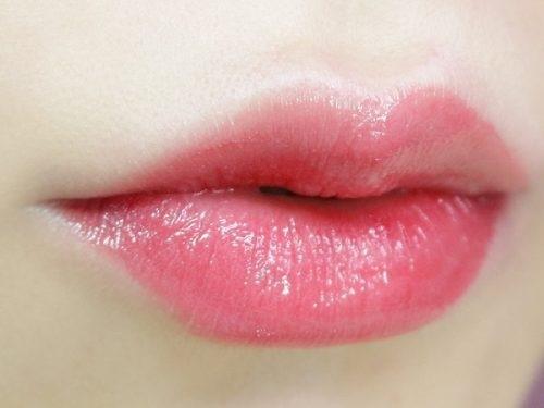 Phun xăm pha lê giúp bạn tạo hình đôi môi trái tim lấp lánh ngàn ánh pha lê.